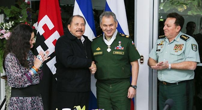 Reunido com autoridades locais em Managua, Choigu (dir.) assinou um acordo intergovernamental que simplifica a entrada de navios de guerra russos nos portos da Nicarágua Foto: serviço de imprensa