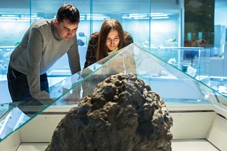 Um dos fragmentos do meteorito de Tcheliábinsk pode ser observado no Museu Geológico Vernadski, em Moscou Foto: Gleb Lúnin/TASS