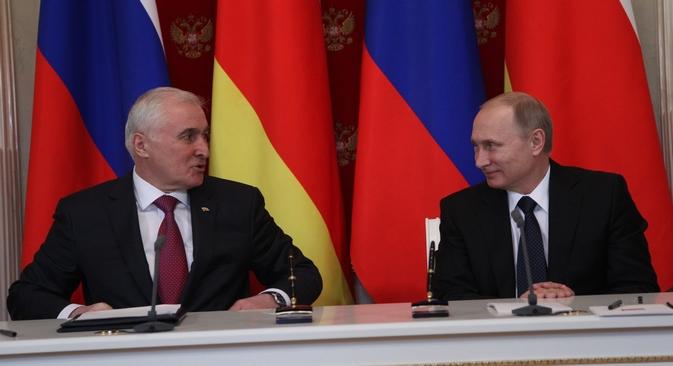 O acordo foi assinado em Moscou nesta quarta-feira (18) entre o presidente russo Vladímir Pútin e seu homólogo osseta, Leonid Tibilov Foto: Konstantin Zavrájin/RG