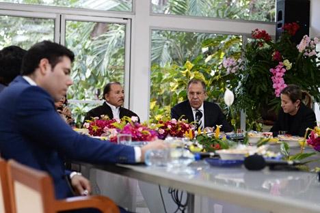 Presidente da Nicarágua (esq.) e ministro das Relações Exteriores da Rússia (dir.) Foto: Eduard Pessov/Ministério das Relações Exteriores da Rússia
