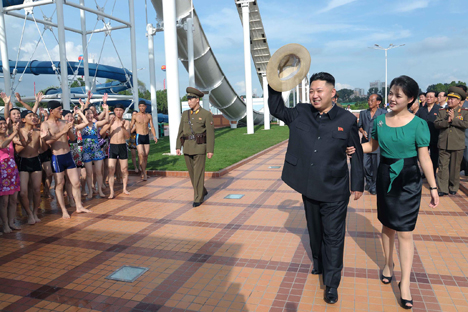 Líder norte-coreano Kim Jong-un ao lado de sua esposa Ri Sol-ju Foto: AP