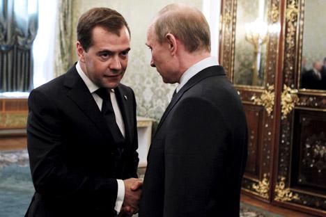 Medvedev (à esq.) e Pútin tiveram um aumento de 265% em abril do ano passado  Foto: AP