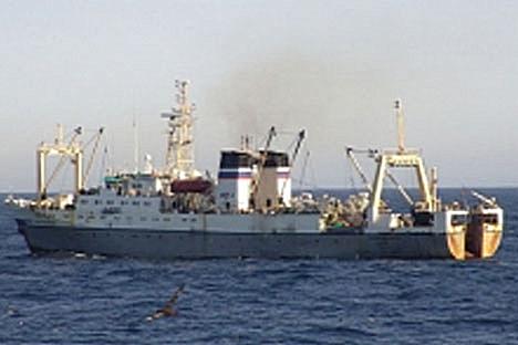 """Barco-pesqueiro do mesmo modelo do """"Dálni Vostok"""" navega em locação desconhecida. FOTO: AP Photo/Russian Emergency Situations Ministry Press Service"""