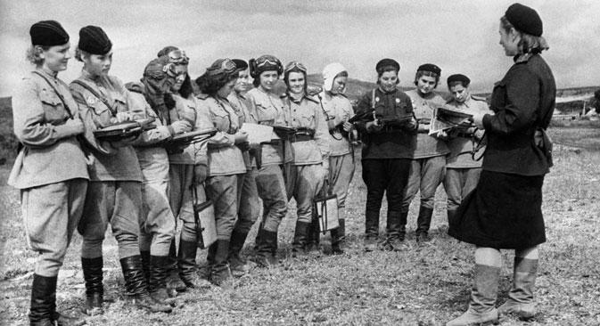 Pilotos femininas tinham que, antes de tudo, cortar o cabelo curto Foto: TASS
