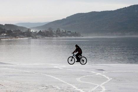 Bicicleta foi roubada enquanto o ciclista descansava em uma pousada entre Vladivostok e o lago Baikal Foto: Reuters