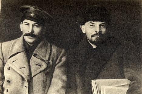Vladímir Lênin (à dir.) e seu eventual sucessor Iossef Stálin, em março de 1919 Foto: wikicommons
