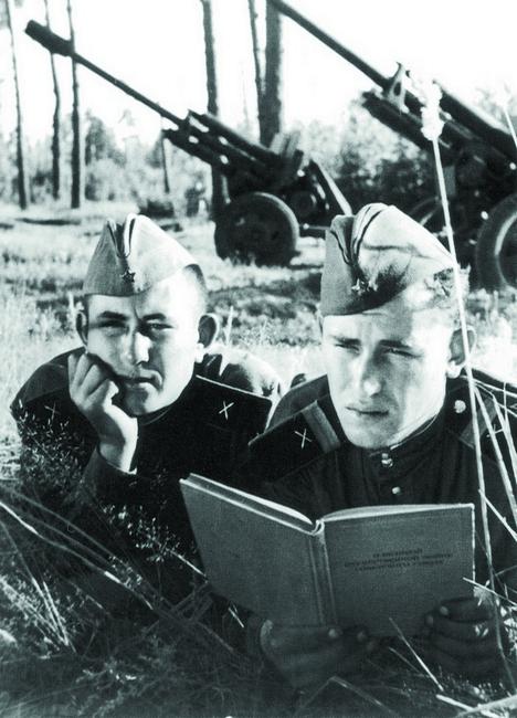 Soldados de artilharia em campo leem título de autoria de Stálin, em 1952 Foto: Ullstein Bild/Vostock-Photo