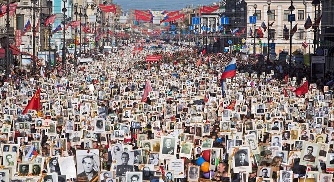 Número reduzido de veteranos tem feito com que entes queridos prestem homenagem aos responsáveis por vitória na Segunda Guerra Foto: AP