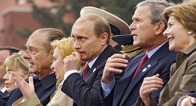 Nos 60 anos da Vitória, em 2005, Pútin recebeu o presidente francês Chirac e o americano Bush (dir.) no evento.  Foto: divulgação
