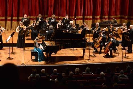 O conjunto de Solistas de São Petersburgo e a pianista prodígio Varvara Kutúzova Foto: TASS