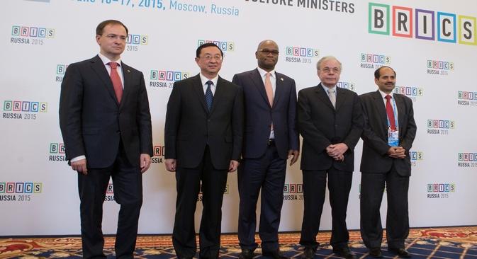 Ministro da Cultura russo (à esq.) e representantes dos países do Brics, em Moscou Foto: brics2015.ru