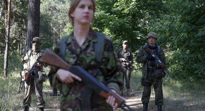 Com armas fictícias, civis uniformizados participam de treinamento militar em Kiev Foto: Reuters