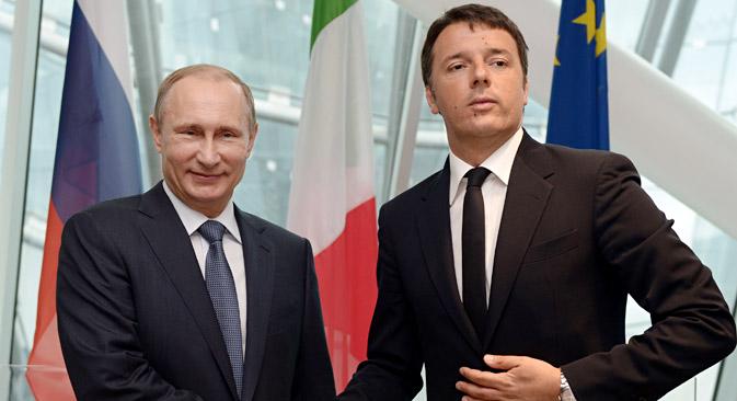 Pútin (à esq.) e premiê italiano Matteo Renzi ao término da coletiva de imprensa na Expo 2015, em Milão Foto: TASS