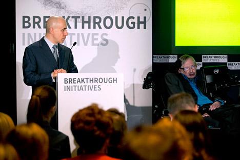 Stephen Hawking (à dir.) trabalhará em parceria com Frank Drake e Geoff Marcy Foto: AP