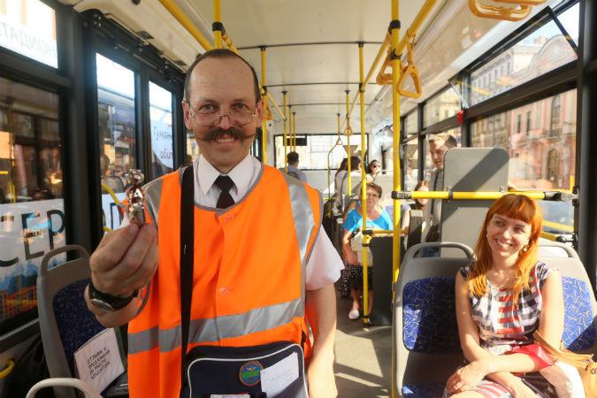 Com seu curioso bigode de penteado eriçado, Lukianov é a alegria do transporte coletivo em São Petersburgo