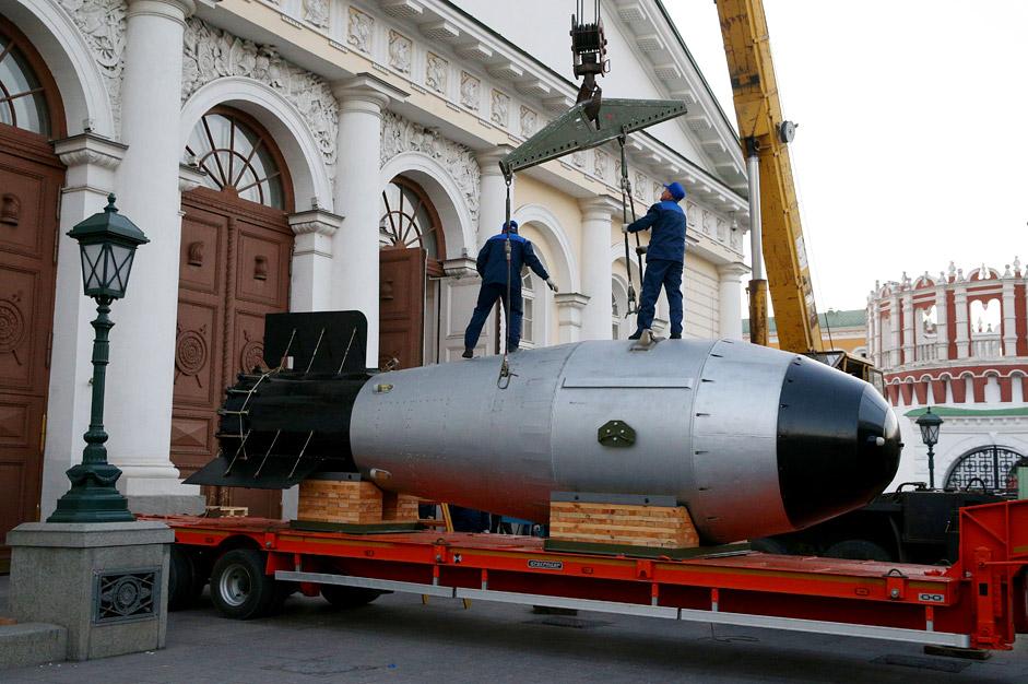 """Макетът на термоядрената бомба АН-602 (""""Цар-бомба"""") е доставен от Федералния ядрен център в гр. Саров в Централната изложбена зала """"Манеж"""" в рамките на културно-историческата изложба """"70 години ядрен отрасъл. Верижната реакция на успеха""""."""