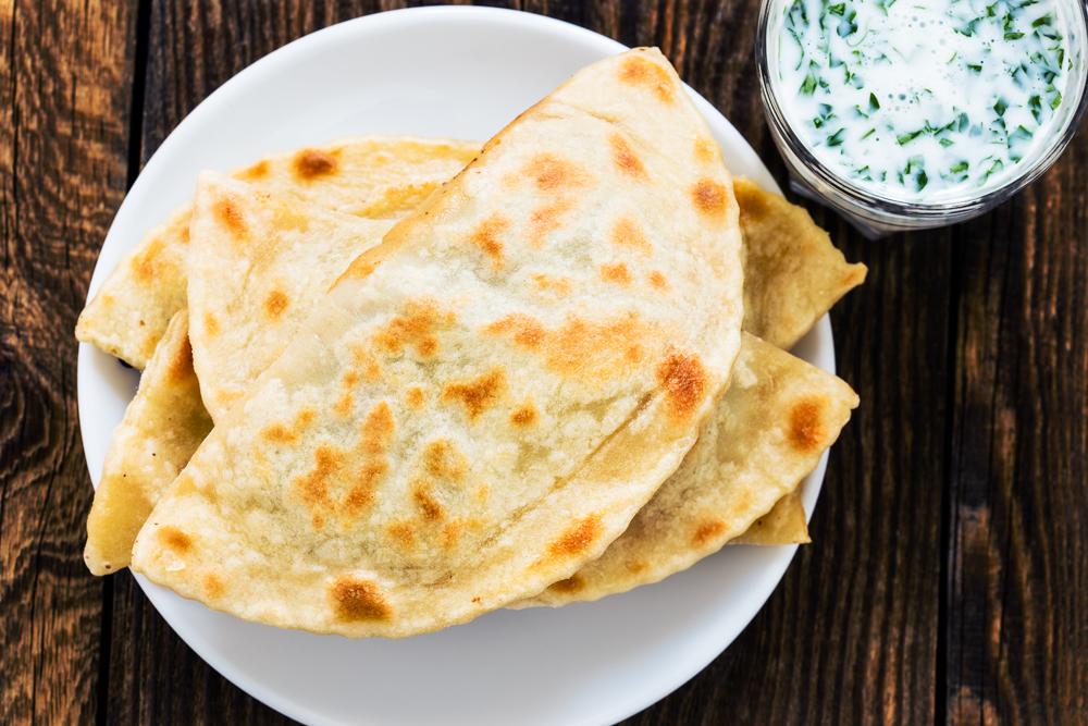 Hoje, pode-se encontrar tcheburek de carne bovina, suína, queijo, arroz, tomate, feijão, cogumelos...