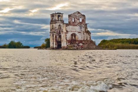 Igreja ortodoxa foi único elemento que restou de cidade inundada