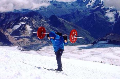 Atleta perdeu dentes e teve queimaduras nos olhos para levar barra ao topo do Elbrus