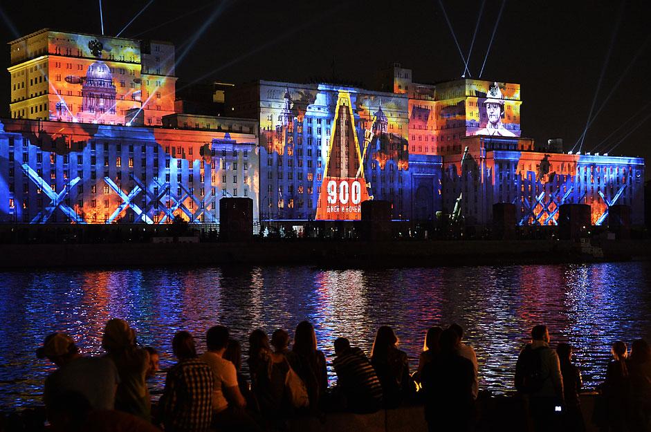 """Das Moskauer Lichtfest """"Ring des Lichts"""" wurde am Samstag in Moskau eröffnet. Ein Schiff fährt durch die Stadt und projektiert Bilder auf die Gebäude am Ufer der Moskwa."""