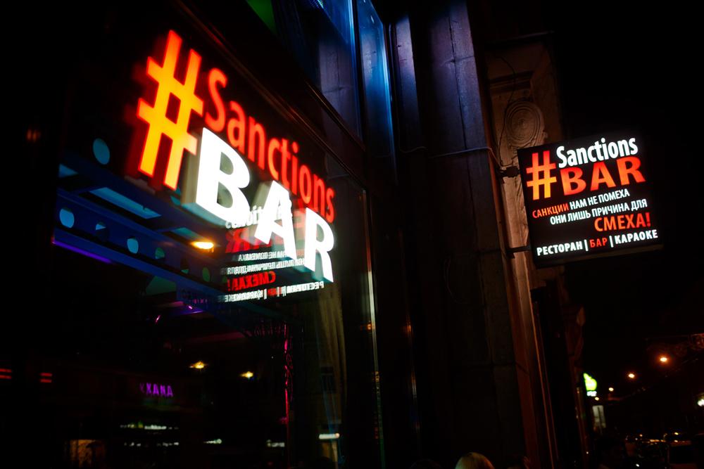 Em Moscou, bar faz chacota com as medidas punitivas.