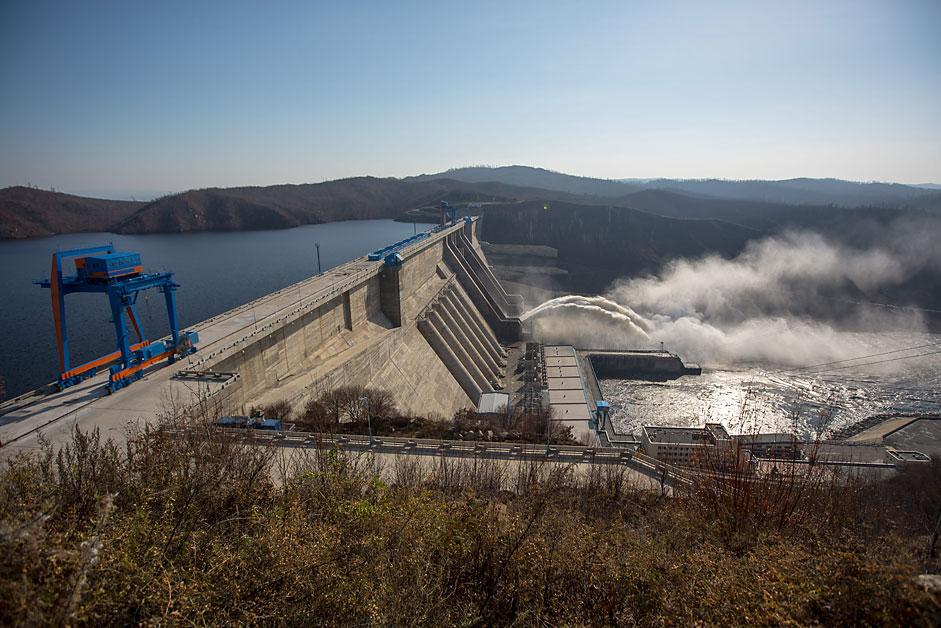 """Браната на хидроелектраната """"Бурејскаја"""" на реката Буреа во Амурската област."""