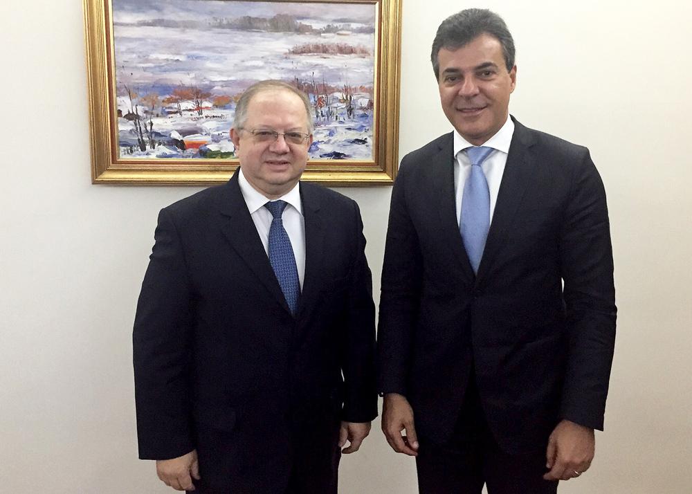 Em Brasília, embaixador russo (esq.) recebe governador do PR.