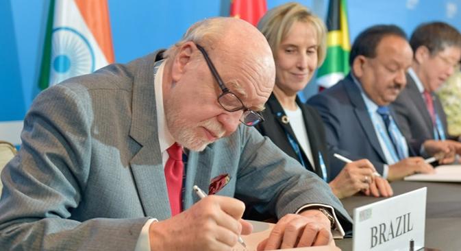 Cardim (esq.) e vice-ministra russa Ludmila Ogoródova