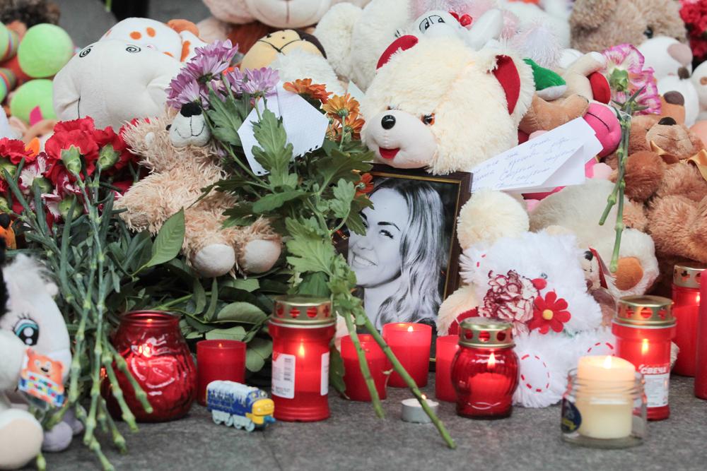 Parentes e amigos dos passageiros que estavam na tragédia prestam homenagem no aeroporto de São Petersburgo, onde o avião deveria ter aterrissado.