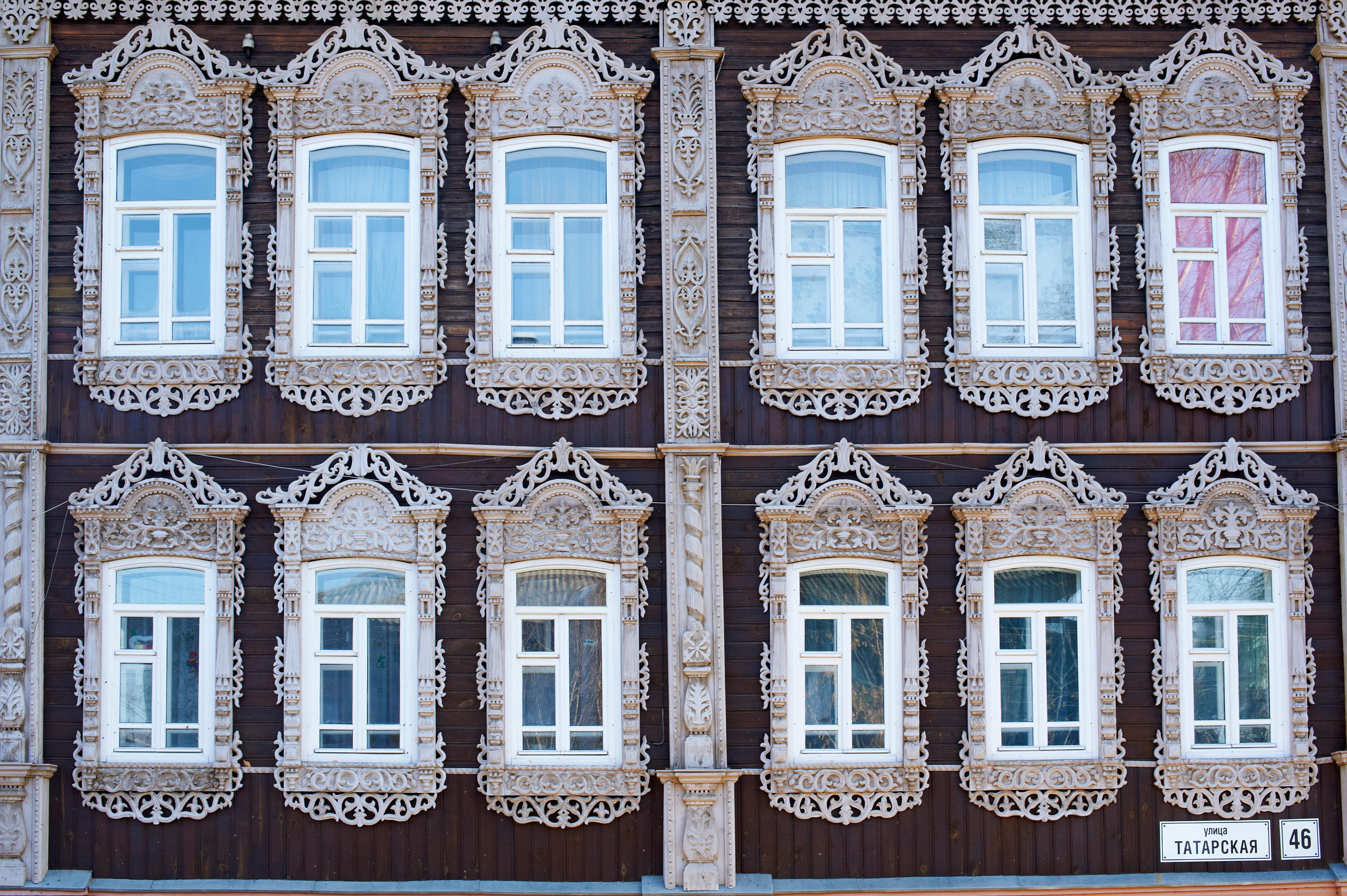 """Remek-djela drvene arhitekture možete vidjeti prilikom obične šetnje uličicama Tomska, grada udaljenog od Moskve 2 877 kilometara. Tomsk zauzima prvo mjesto na listi sibirskih """"drvenih"""" gradova i značajna je turistička destinacija za turiste iz Rusije i inozemstva."""