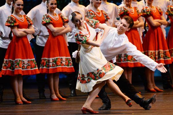 Membros da companhia de Moiseiev durante apresentação no Teatro Bolshoi, em Moscou