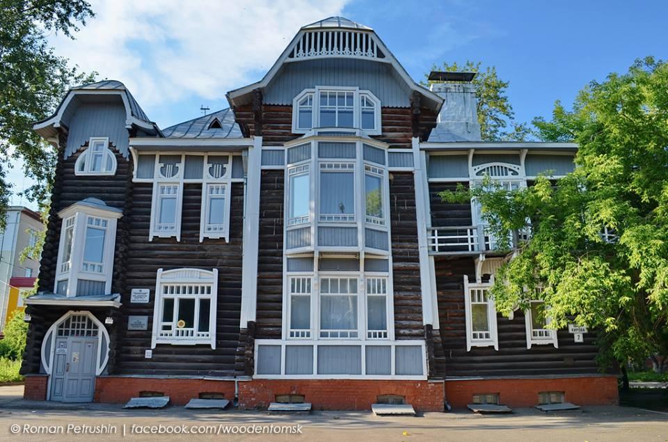 """Povijest lokalne """"čipkane arhitekture"""" možete saznati u Muzeju drvene arhitekture. To je prvi objekt u Tomsku izgrađen od drveta u modernom stilu, koji je bio popularan početkom 20. stoljeća."""