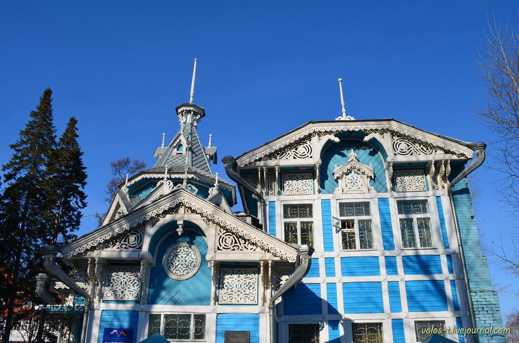 Jedan od najzanimljivijih drvenih spomenika Tomska je kuća s krovom u obliku šatora. Konstruirao ju je arhitekt Stanislav Homič 1910. godine za trgovca Geogrija Golovanova.