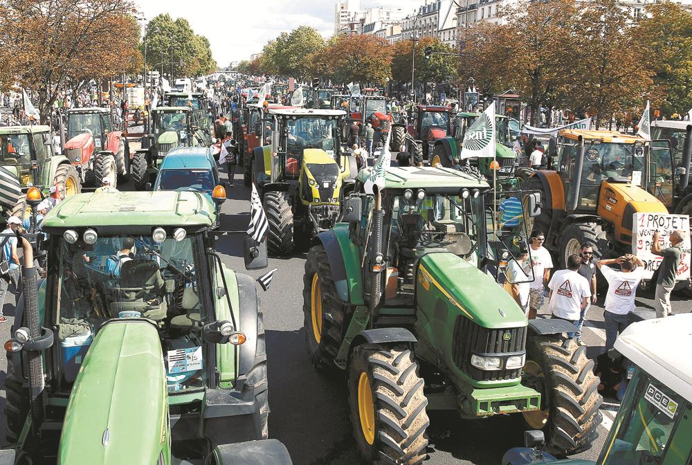 Produtores rurais franceses levam suas reclamações e 1.500 tratores às ruas de Paris.