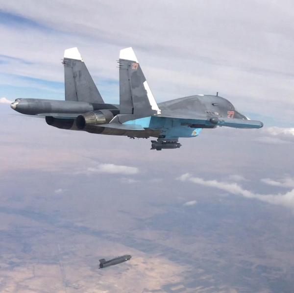 Avião russo Su-34 armado com bombas KAB-500 realiza uma ataque na província de Raqqa, controlada pelo EI. Foto: TASS