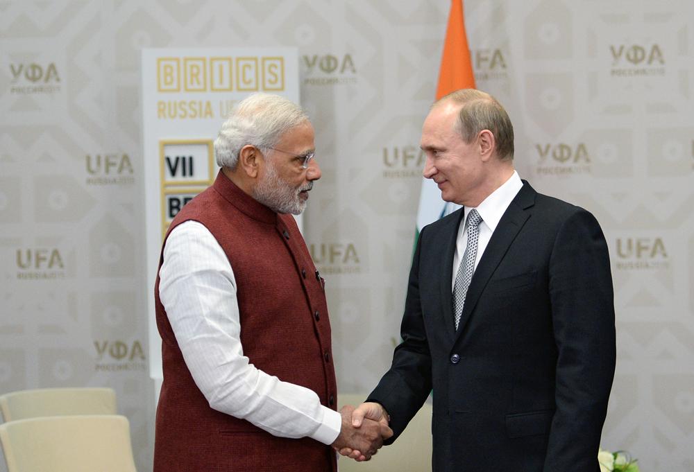 Primeiro-ministro indiano Narendra Modi (esq.) e presidente russo Vladímir Pútin em reunião na Cúpula dos Brics em Ufá, em 2015