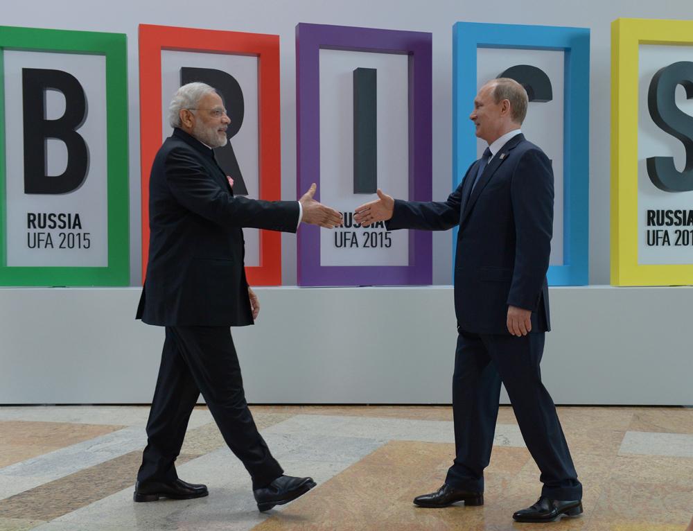 Primeiro-ministro indiano Narendra Modi (esq.) e presidente russo Vladímir Pútin em encontro na Cúpula dos Brics em Ufá, em 2015