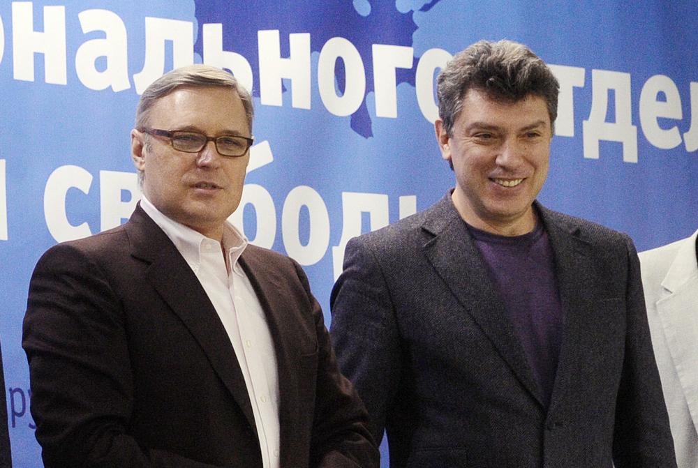 Kasianov (dir.) é presidente do Parnas, partido ao qual também pertenceu Nemtsov (esq.), morto no ano passado.