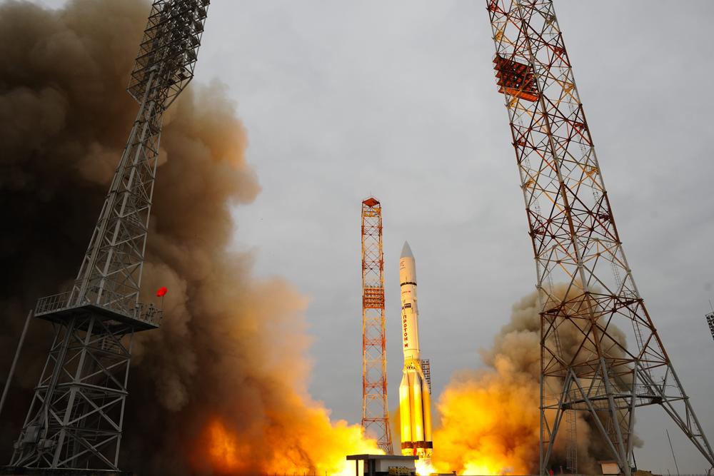 Il lancio del razzo Proton-M dal cosmodromo di Bajkonur