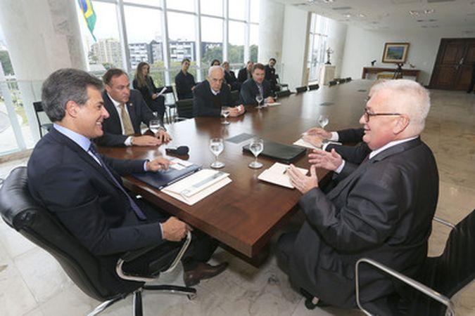 Governador Beto Richa recebeu nesta quinta-feira (12), no Palácio Iguaçu, o cônsul-geral da Rússia em São Paulo, Konstantin Kamenev