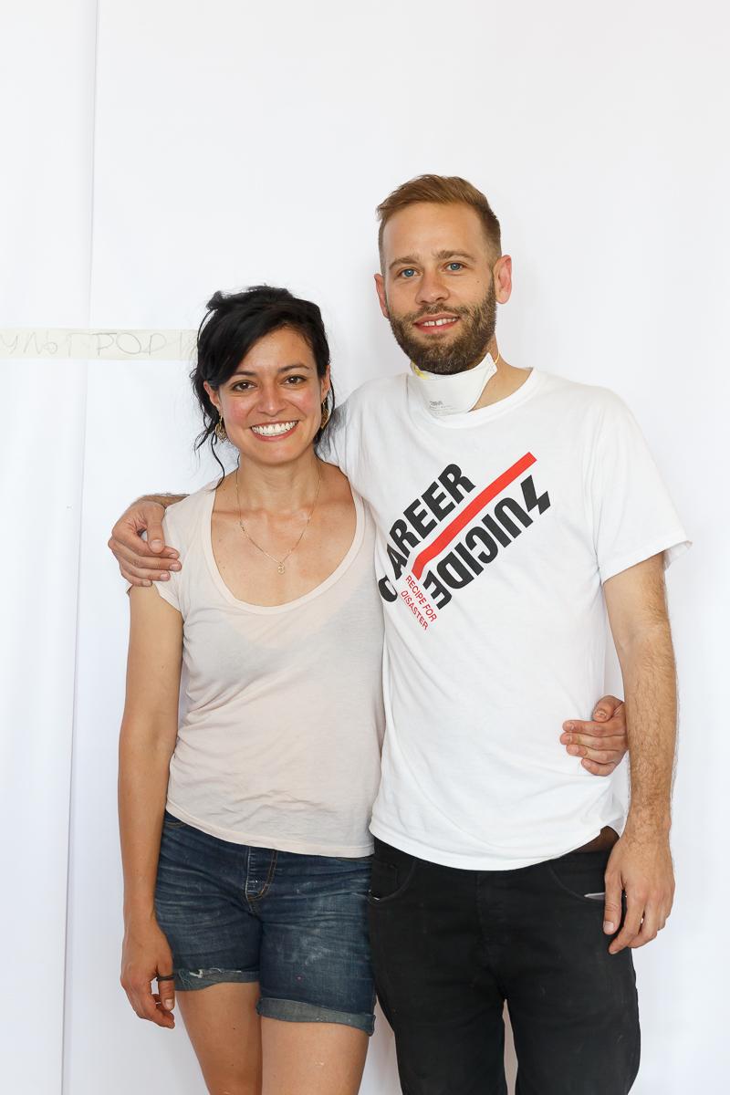 Juliana Cerqueira Leite e o curador do projeto principal da Bienal, Nadim Samman