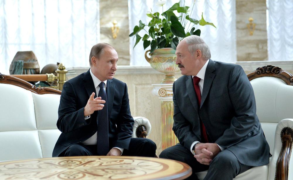Pútin (esq.) e Lukachenko reunidos em Minsk, capital da Bielorrússia