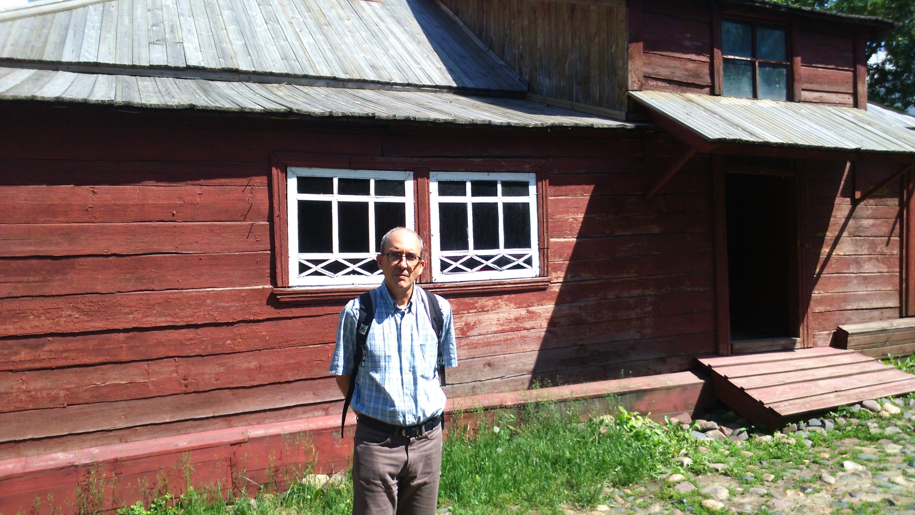 """Um dos maiores tradutores do russo na atualidade, Figueiredo posa para foto em frente à casa do avô de Maksim Górki, em Níjni Novgorod, descrita em sua obra """"Infância""""/ Arquivo pessoal"""