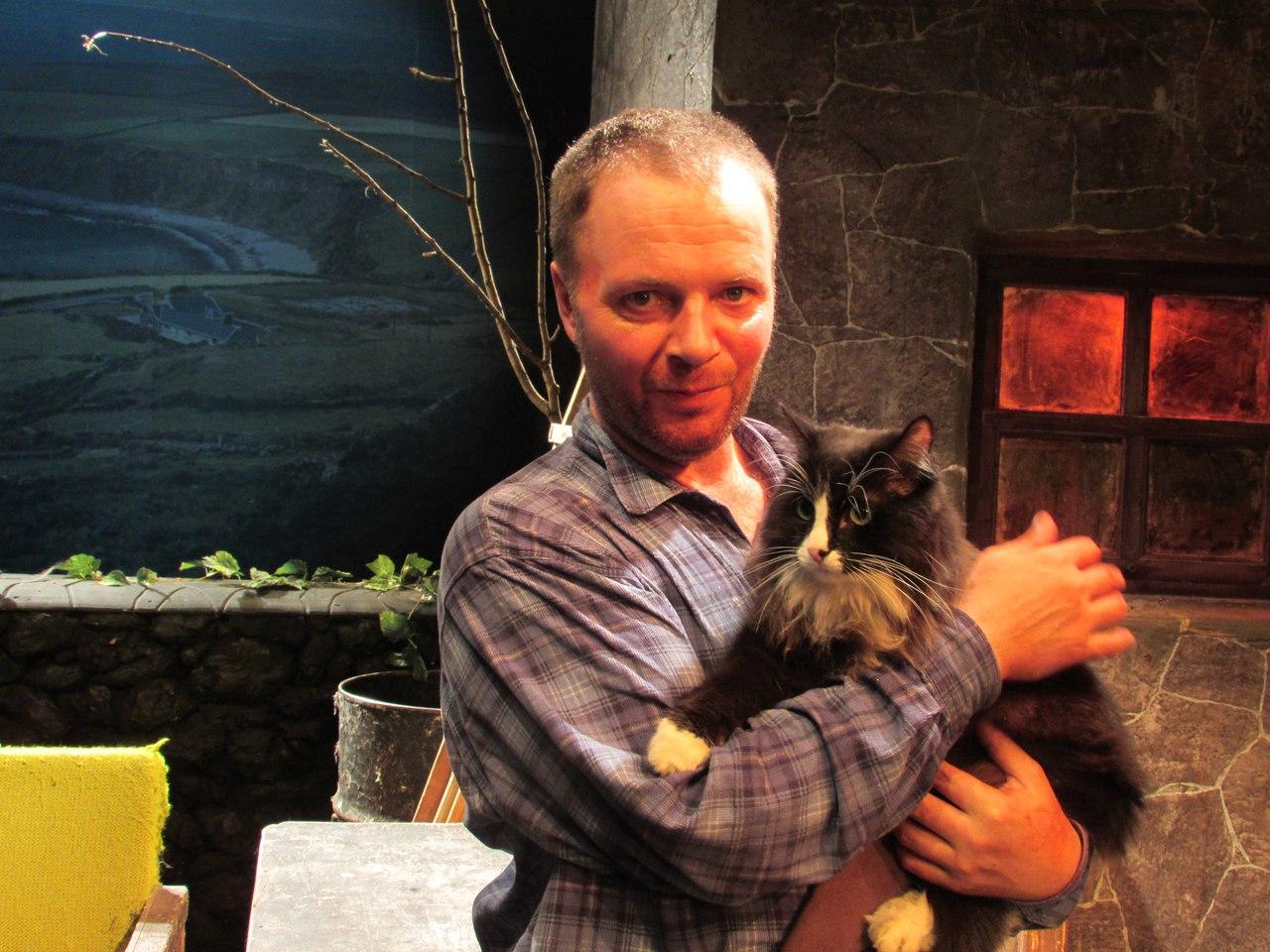 O ator Vladímir Ilin, que interpreta o tenente, com o gato Semion.