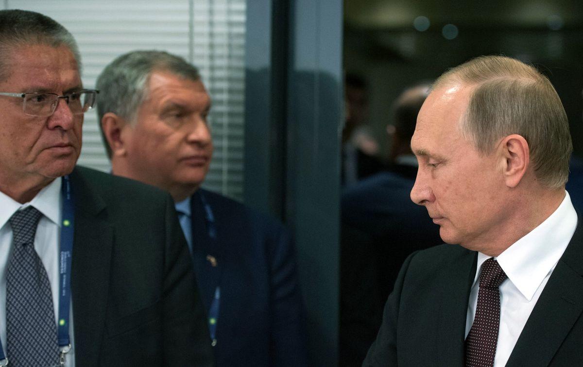 15 de novembro. O então ministro russo do Desenvolvimento Econômico, Aleksêi Uliukáev, é preso ao receber um suborno de US$ 2 milhões para a aprovação de um acordo que permitia à Rosneft comprar ações que lhe davam controle sobre a também petroleira estatal Bashneft. Esse foi o primeiro caso na história russa moderna em que um ministro foi detido e o maior escândalo de corrupção no país.
