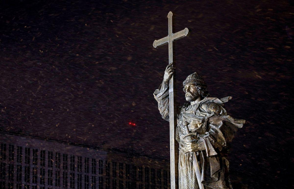 4 de novembro. Um monumento ao príncipe Vladímir, que em 988 tornou o cristianismo a religião oficial na Rússia, foi inaugurado na praça Borovitskaya, no centro de Moscou. A estátua de 17 metros de altura gerou polêmica e inúmeras críticas sobre o seu simbolismo.