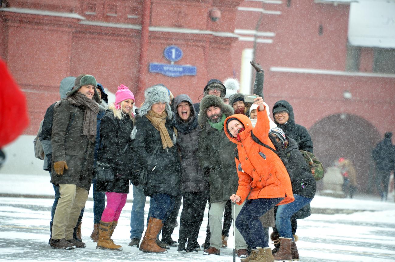Turistas tiram selfie na Praça Vermelha em meio a nevasca