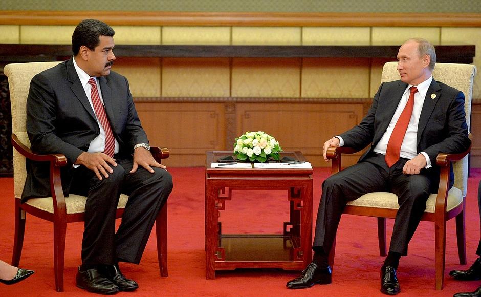 Aprovação do governo Maduro (esq.) despenca à medida que crise econômica se intensifica