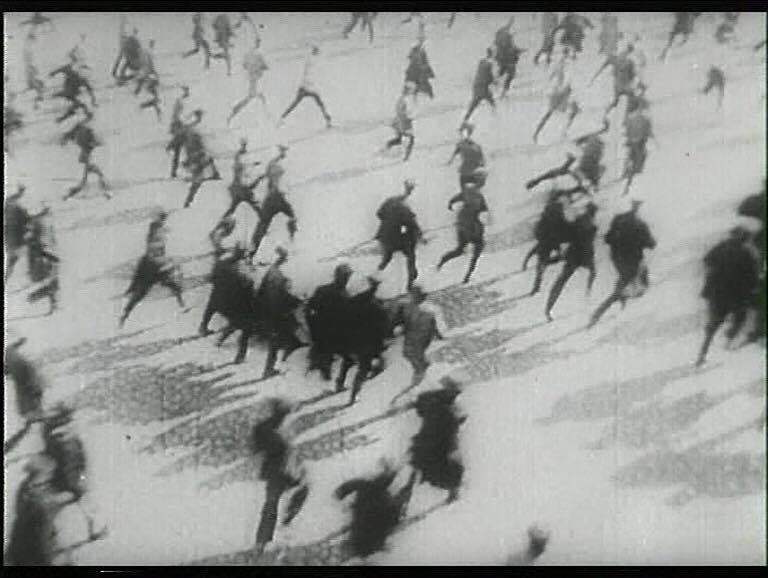 """""""O Início"""" (1967), de Pelechian, marca os 50 anos de Outubro por meio de breve ensaio feito com imagens de arquivo./ Fonte: Divulgação"""