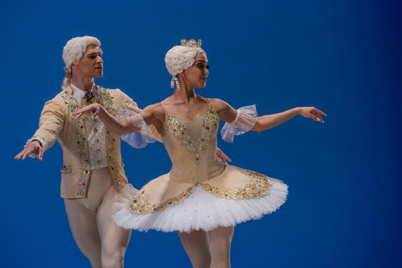 Amanda e seu partner, Timaev, durante apresentação no concurso